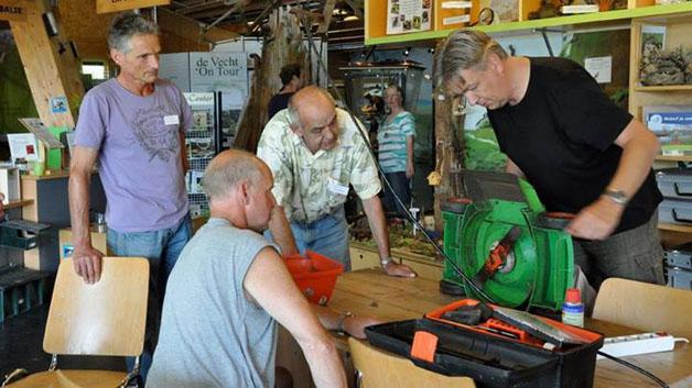 Os cafés onde voluntários consertam coisas de graça contra a obsolescência programada