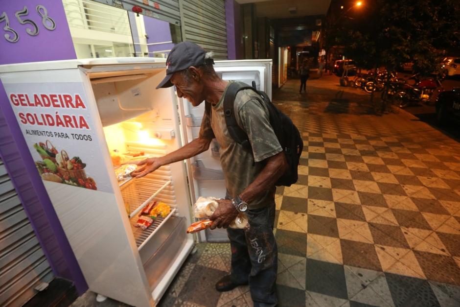 """Empresário instala """"geladeira solidária"""" em Goiânia"""