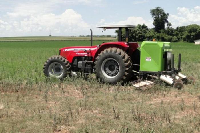 Máquina que elimina ervas daninhas com choques elétricos
