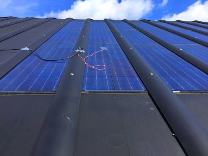Novo sistema solar híbrido para coberturas de edifícios gera eletricidade e calor