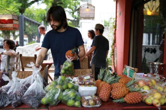 Na crise, consumidores recorrem à economia colaborativa para gastar menos