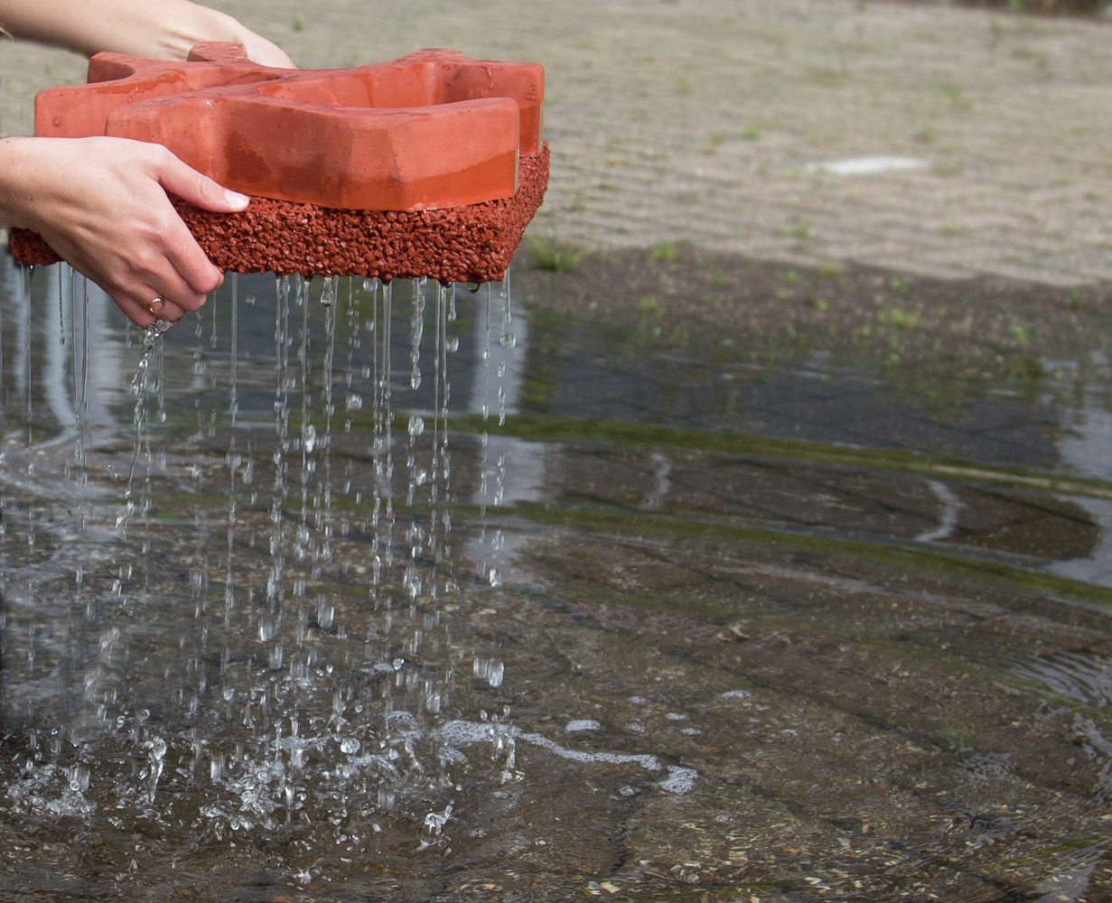Concreto ultra poroso absorve a água da chuva instantaneamente