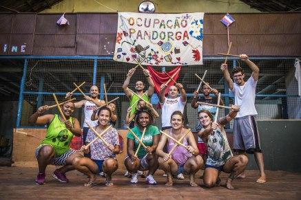 Moradores de Porto Alegre transformam terreno abandonado em escola GRATUITA de cultura