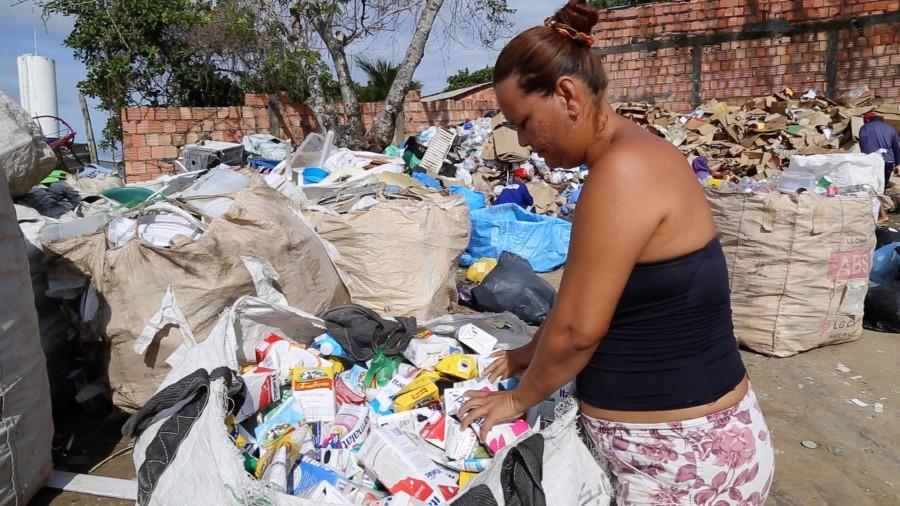 Maria-Rosiane-Lima-Autônoma-durante-separação-de-embalagens-longa-vida