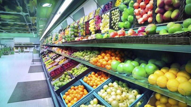 França proíbe supermercados de jogarem comida no lixo