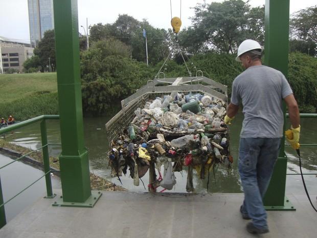 Em 20 dias, 'ecobarreira' evita ida de 13 toneladas de lixo ao Guaíba no RS
