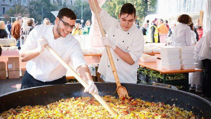 Festival distribui alimentos gratuitos preparados a partir de desperdício
