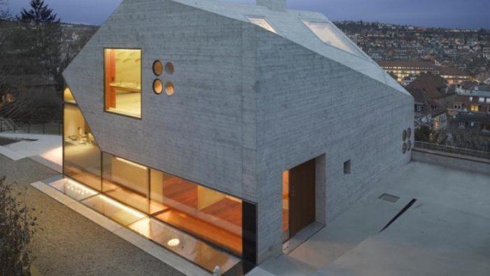 Casa de vidro é construída com materiais reciclados