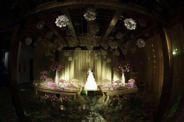 Com 5200 garrafas PET, cuiabana cria sozinha decoração 100% sustentável para casamento