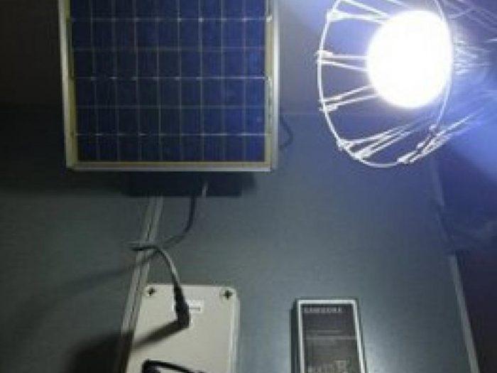 Baterias de celulares velhos iluminam residências carentes