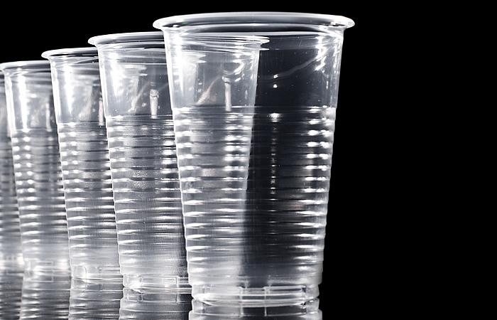 Produção de copo de plástico gasta mais água do que lavar copo de vidro