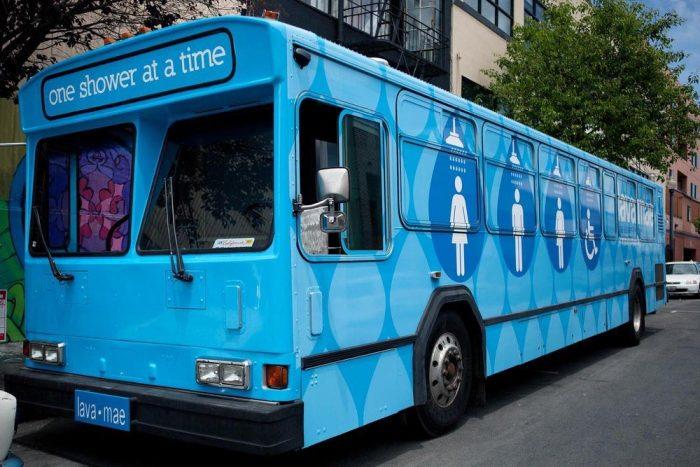 Fantástico Projeto LAVA MAE Transforma Ônibus em Duchas e Banheiros para Moradores de Rua