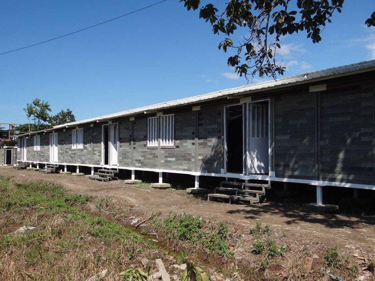 Arquiteto reutiliza plástico para construir casa para moradores de rua