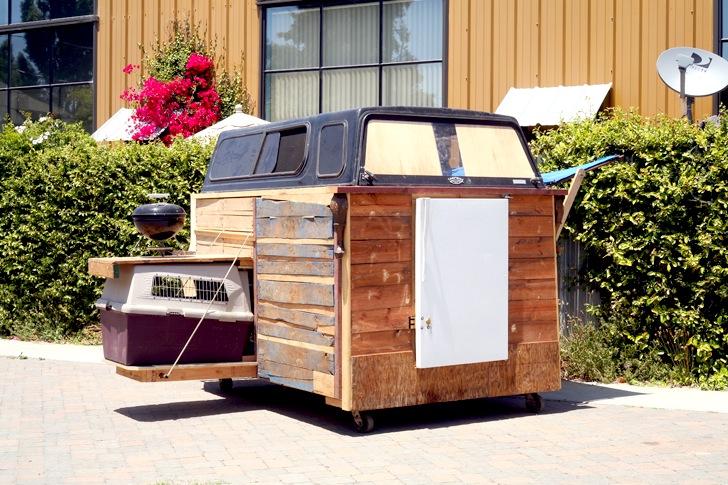 Artista constrói casas para moradores de rua a partir de materiais reciclados