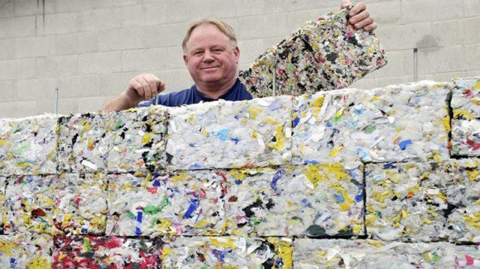 Tijolo ecológico feito de resíduos plásticos retirados do oceano encaixa como blocos de Lego