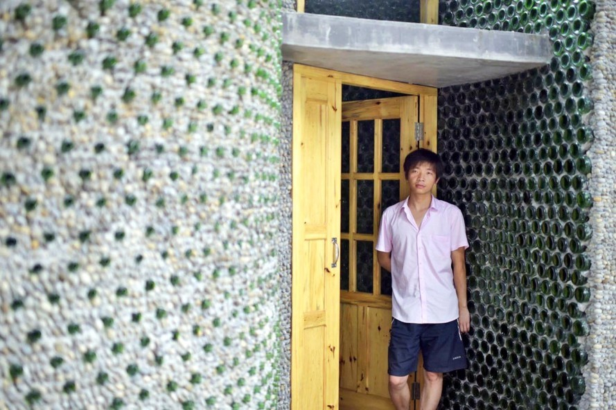 Man-builds-his-house-out-of-beer-bottles-5-e14373185799521-889x592