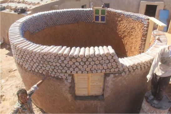 Refugiado usa garrafas de plástico para construir moradias resistentes ao clima do deserto